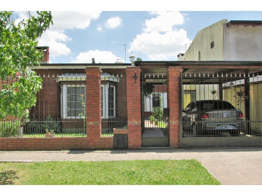 Casa en venta. Excelente ubicación, Del Viso Centro. Piscina y galería.