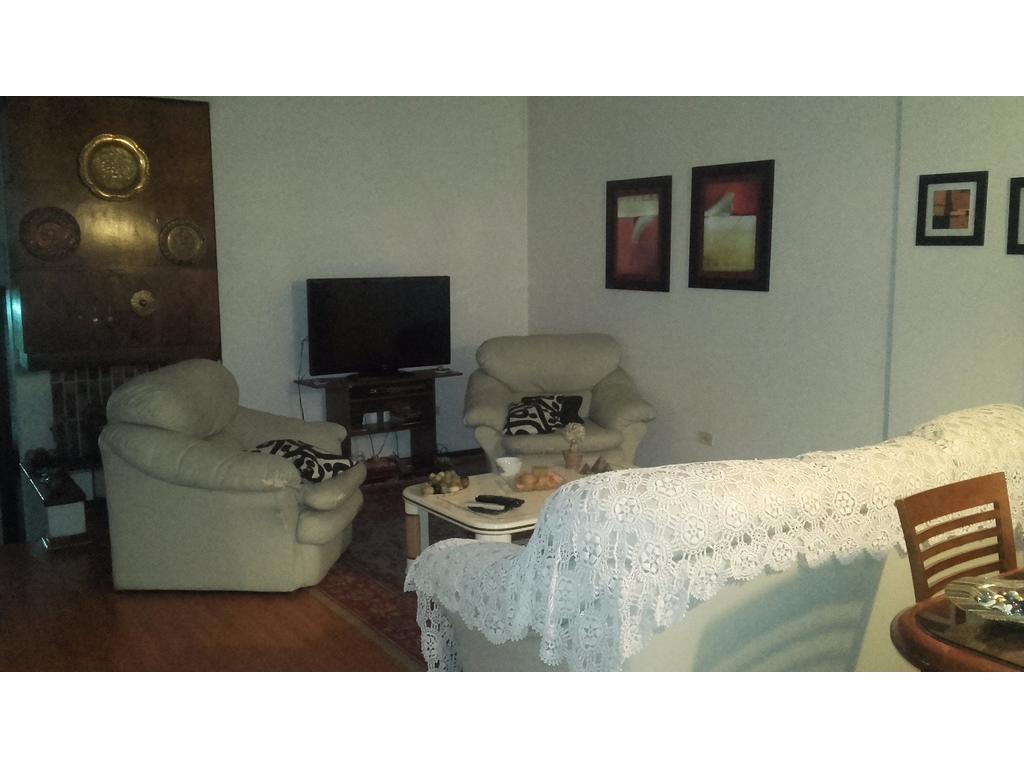 Hermosa Casa 5 amb. en lote propio   con garage,  fondo y quincho -  Flores Norte