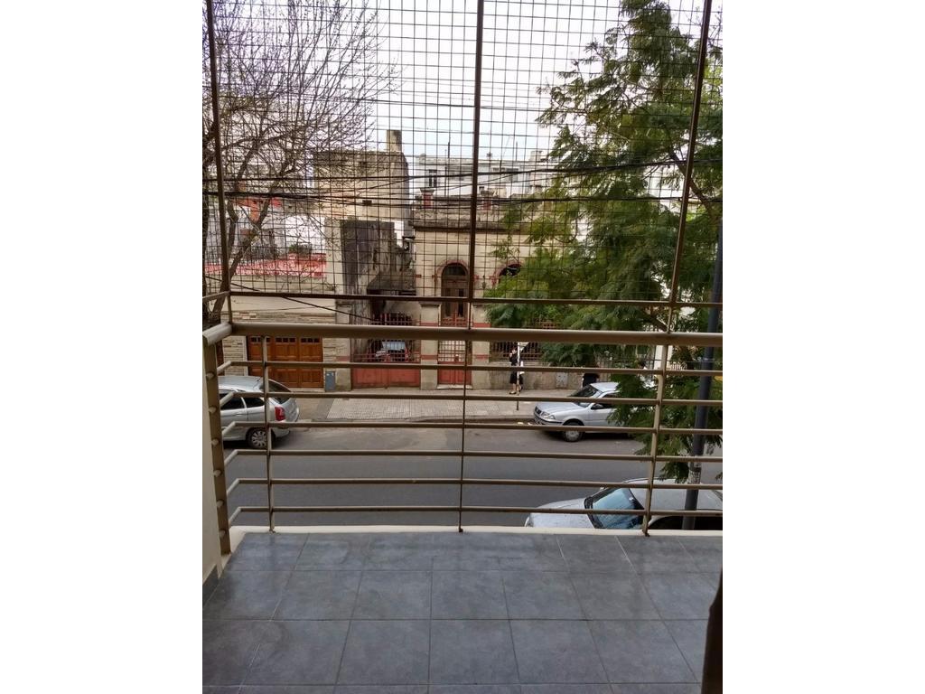 departamento de 3 ambientes al frente,  con balcón y patio.