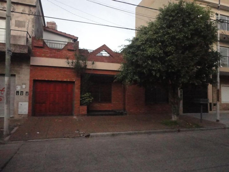 Amplia casa 4 amb. en Caseros