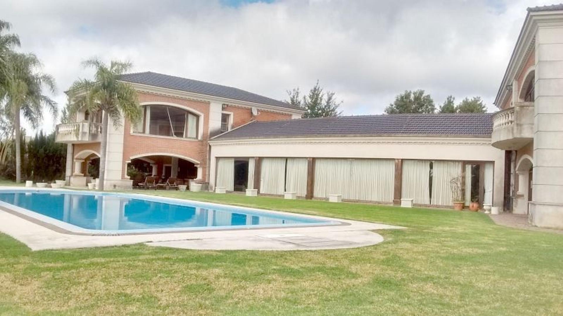 Imponente casa en Country Náutico Escobar