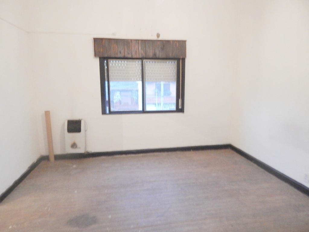 Amplia propiedad de 2 dormitorios con patio y parrilla