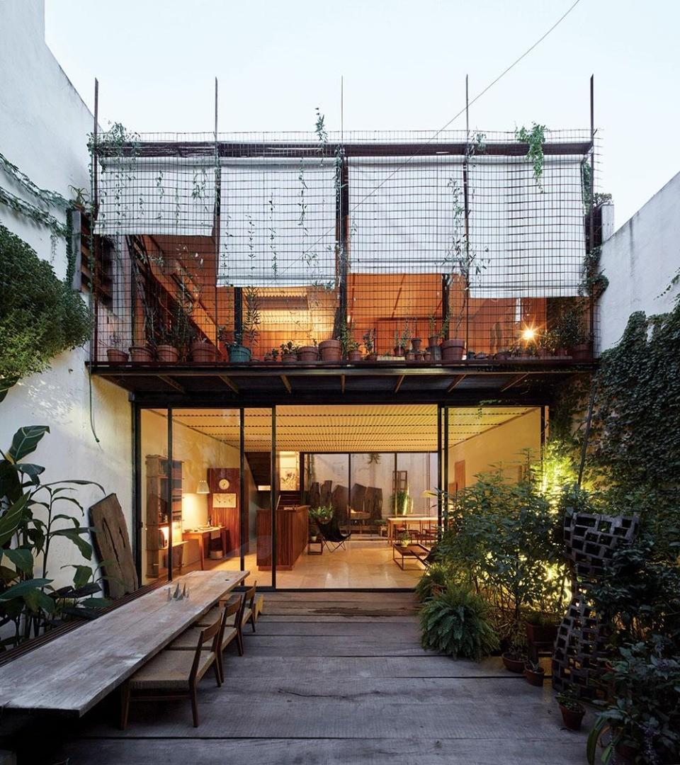 Casa 5 amb en 2 plantas y subsuelo. Diseño exclusivo. Patio y jardín delantero.