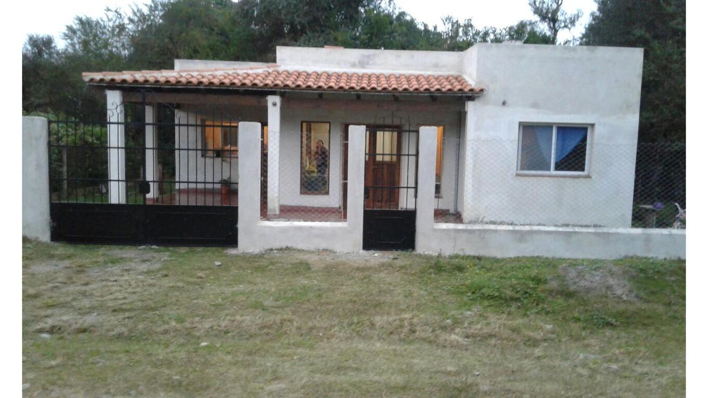El terreno cercado, parquizado, cuenta con una casa, con 1 habitacion, 1 baño, cocina comedor, galer
