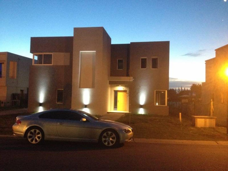 Casa muy canchera en venta sobre laguna en La Comarca, Tigre