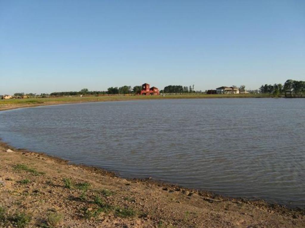 Inmejorable lote a la laguna en Santa Rita de 800m2.