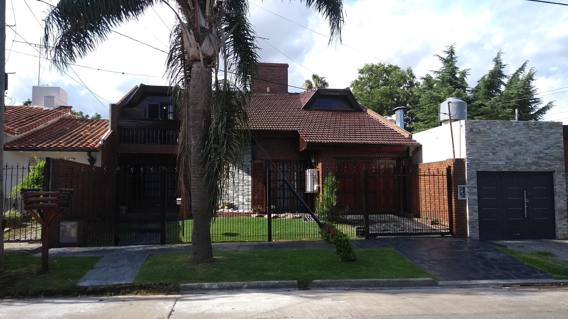 Excelente propiedad en Castelar Norte Residencial. 5 amb. con parque.