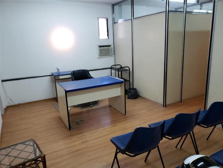 Amplio Dpto. con Recepción y 6 oficinas o consultorios