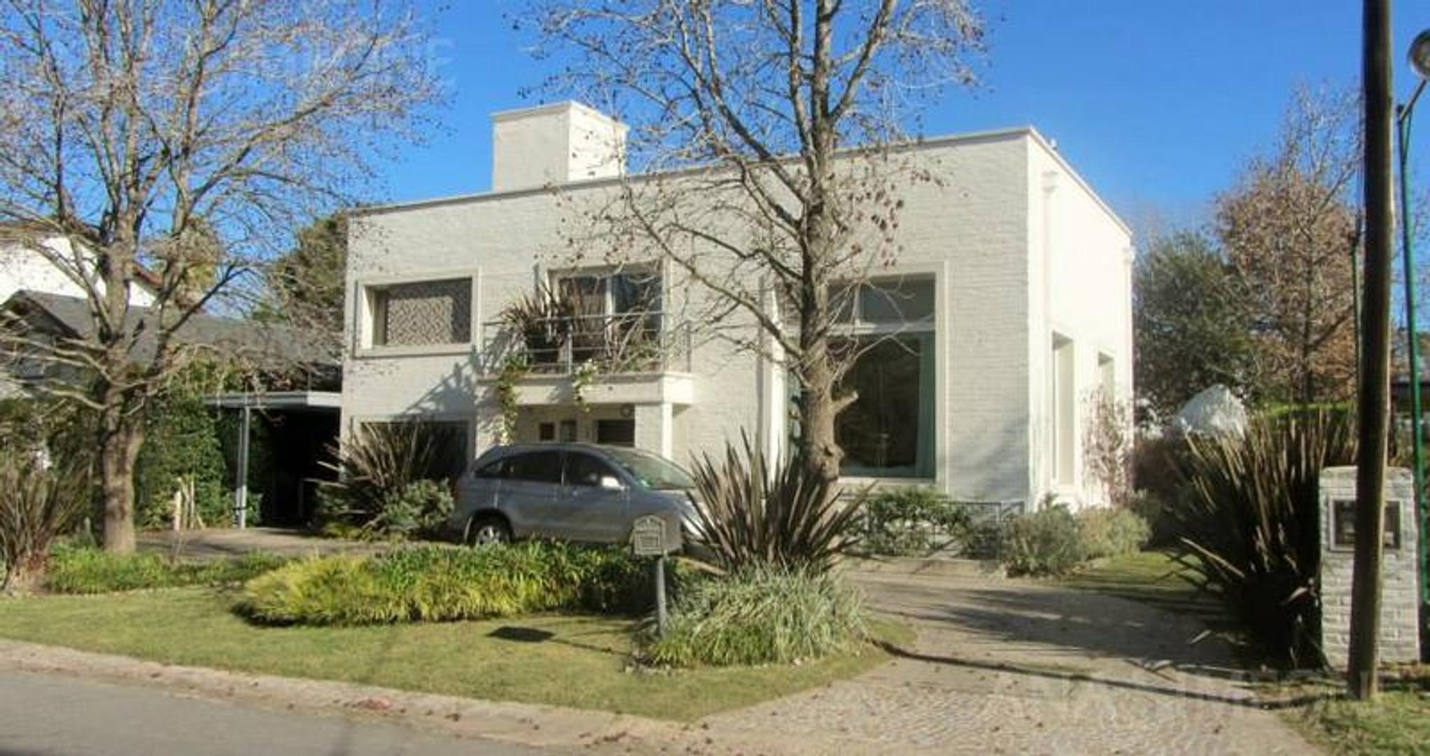 Excelente casa con una superficie  construida  de 300 m2