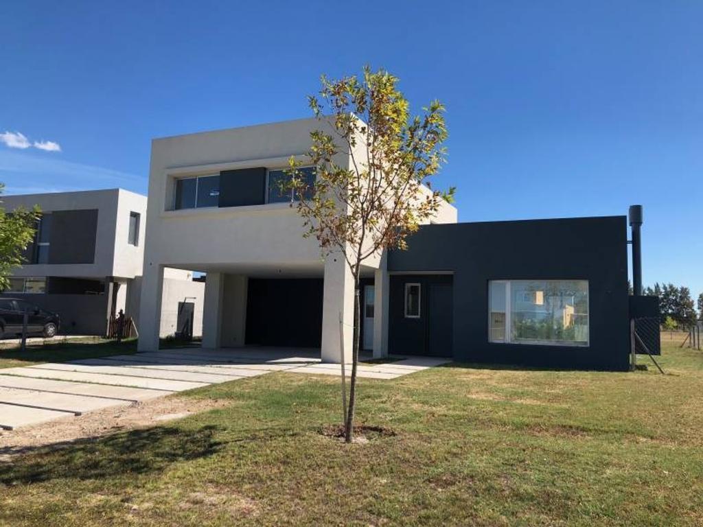 Excelente casa en lote interno en San Gabriel!!