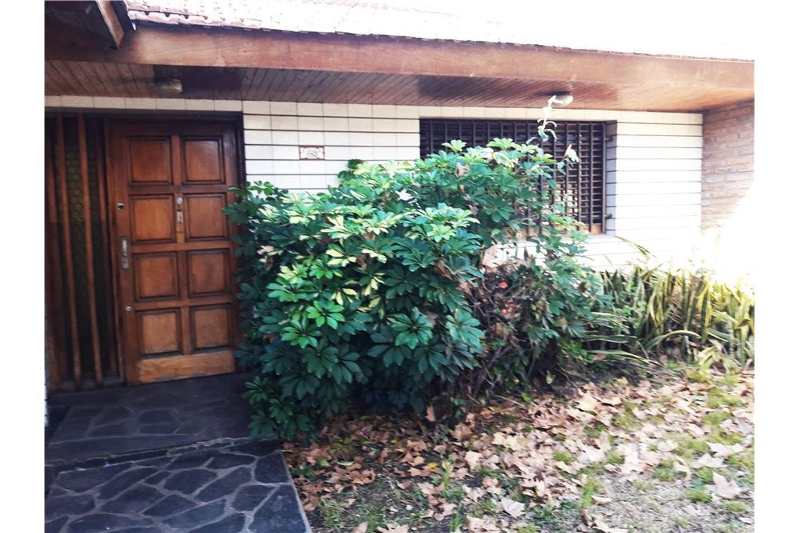 Linda casa c/fondo a refaccionar en Santos Lugares