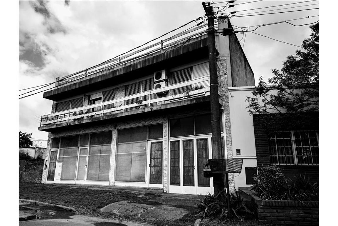 Casa 4 Dormitorios. Cochera, Local,Taller/Depósito