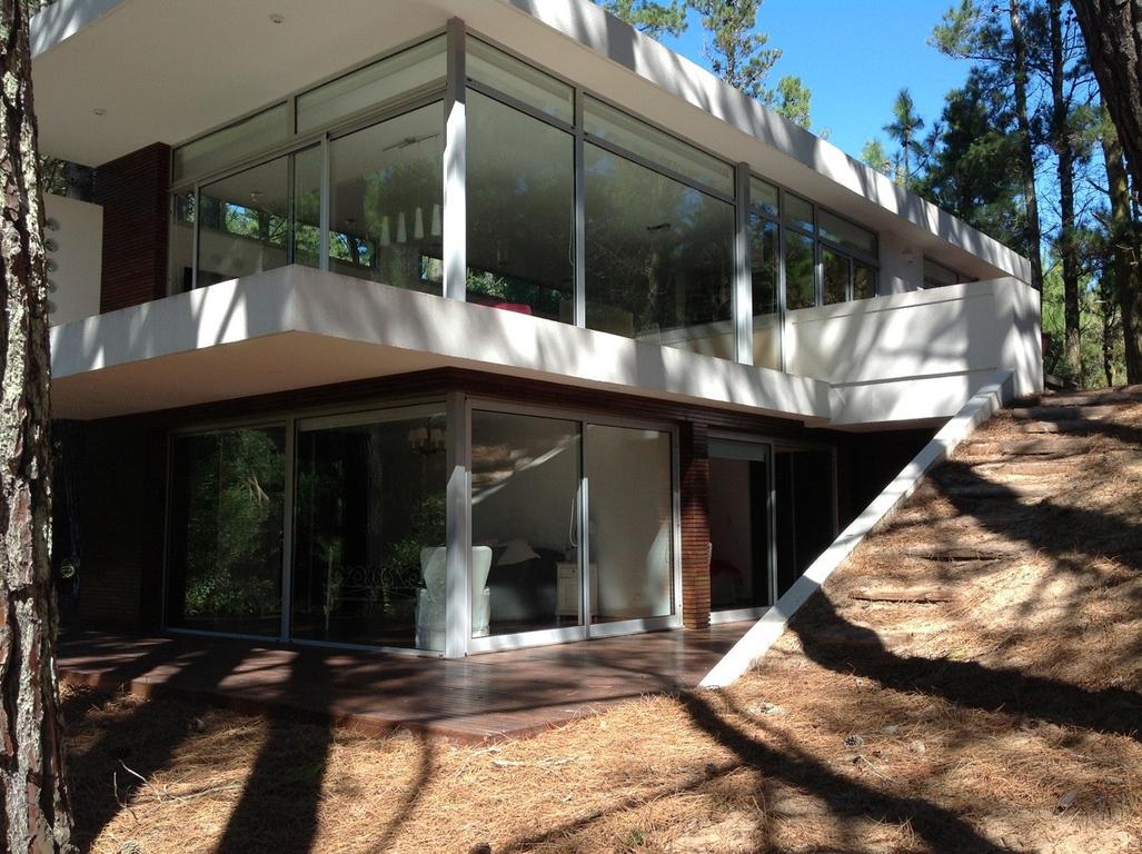 Casa minimalista moderna. en el bosque , vidridad y cerca centro