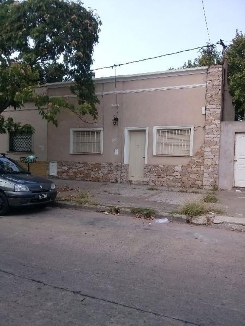 CASA DE DOS DORMITORIOS CON PATIO APTO BANCO