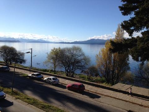 Departamento sobre costanera con excelente vista al lago.
