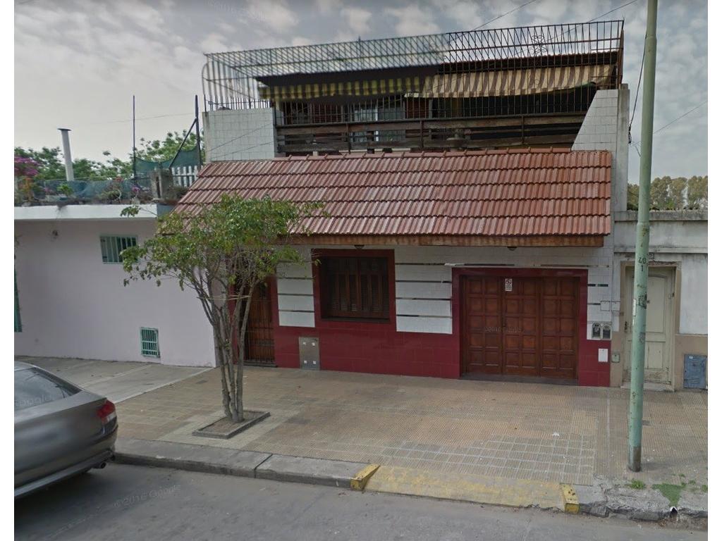 Hermosa casa en venta de 5 ambientes, en 2 plantas. Ideal dos familias. Unica en la zona. Impecable.