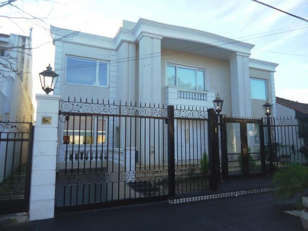 Espectacular casa de 7 amb con jarin y piscina