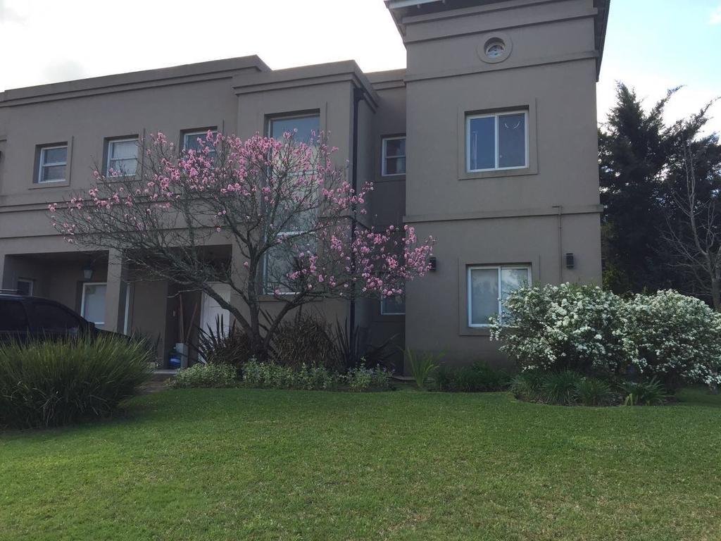 Impecable casa sobre lote de 900mts2, 5 dormitorios, dependencia, piscina, parrilla.