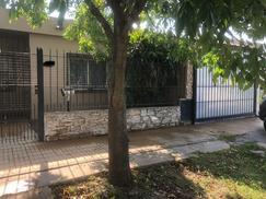 Excelente Casa tipo Americana S/lote 10x 26 4 amb garage fondo parquizado c/parrilla y pileta