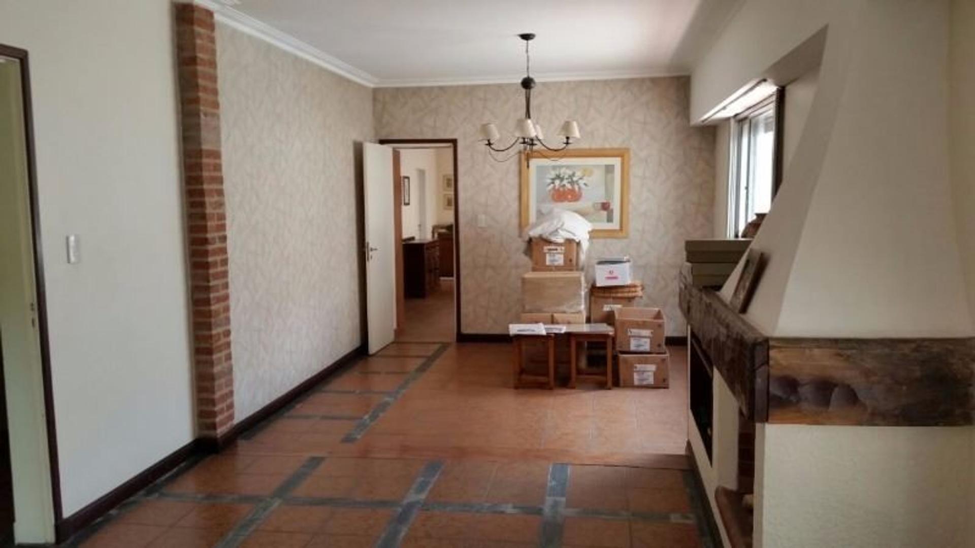 Hermosa Casa Tipo Chalet con Fondo, jardín, Garage, 3 habitaciones.