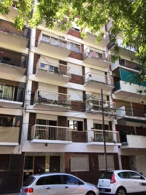 Mono-ambiente al frente con balcón