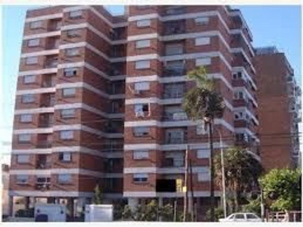 excelente departamento de tres ambientes con cochera edificio las palmeras