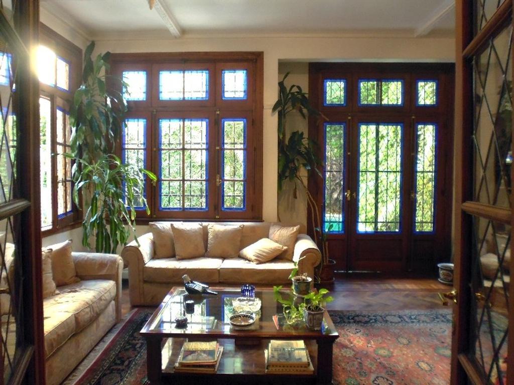 Excelente casa estilo Ingles 3 plantas con Ascensor, jardín
