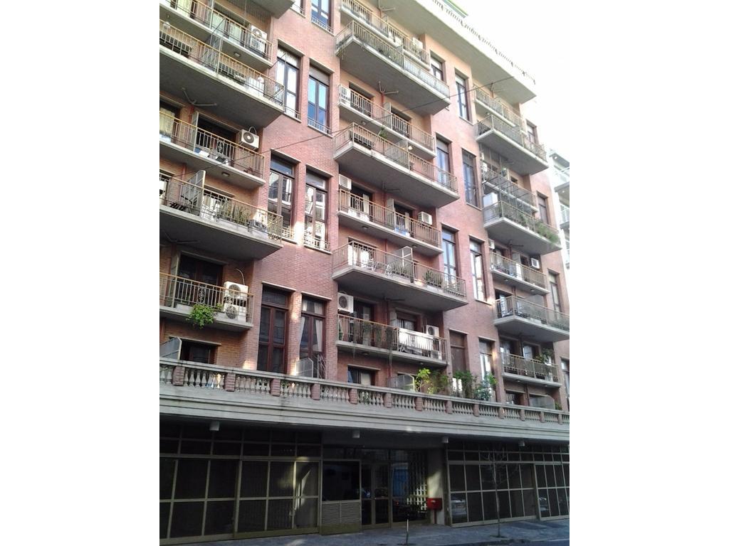 Super espacioso 2 ambientes y medio en duplex con cochera. Edificio con amenities.