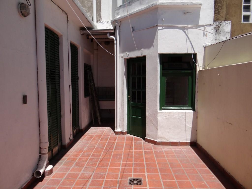 PH 2 ambientes con patio, en planta baja Fondo, a dos cuadras de Av. Roca.