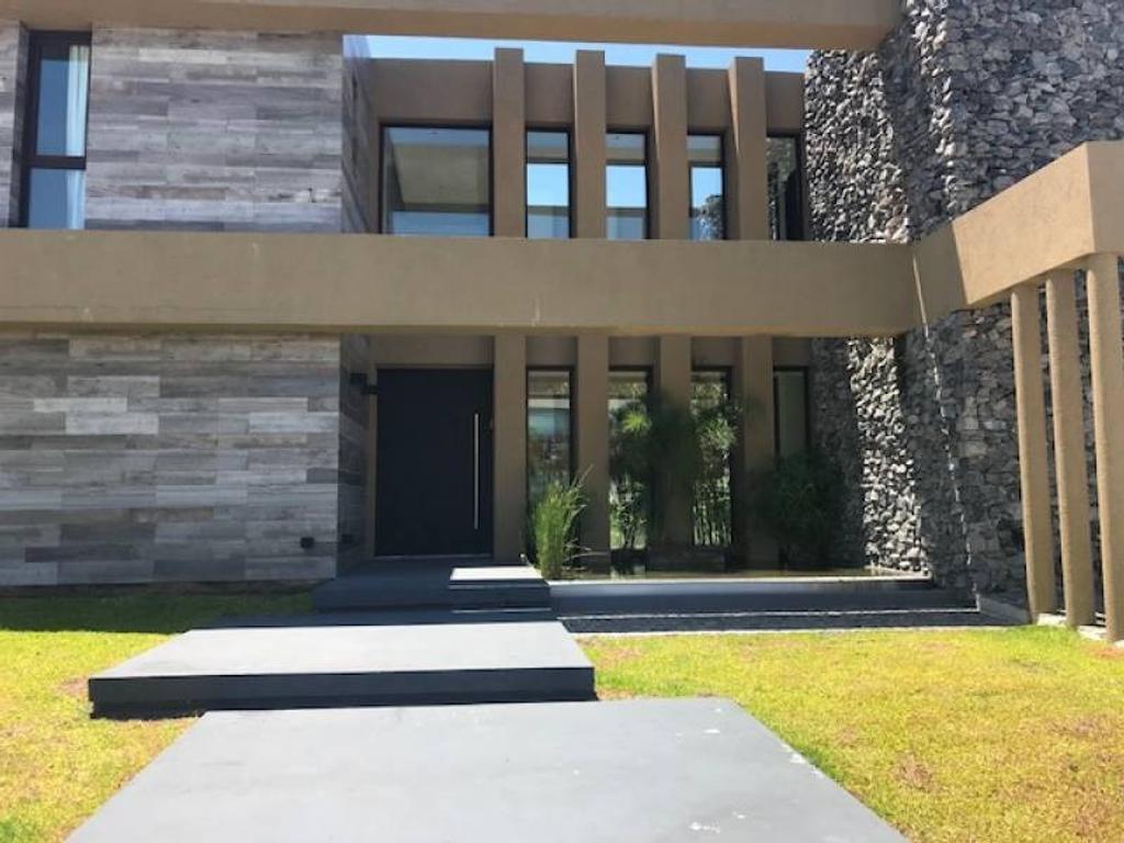 ALBANUEVA - Oportunidad! Casa racionalista a la venta, impecable, cómoda y amplia.