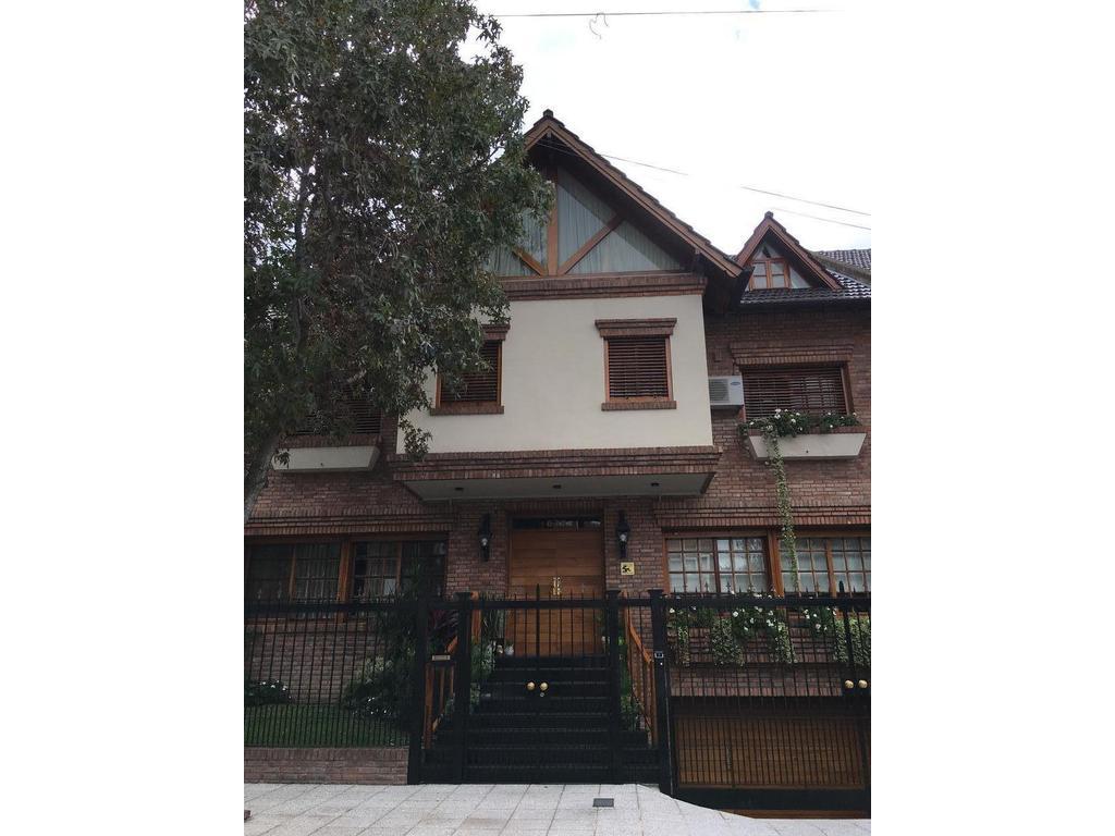 Importante casa, de excelente  nivel constructivo y diseño inigualable  en el alto de Martínez