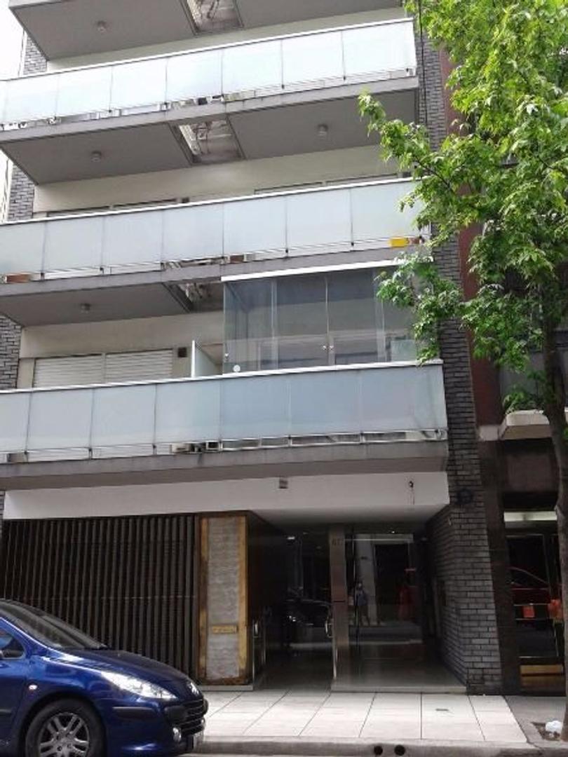 Monoambiente con balcón, con buena luz, aire acondicionado frío/calor.