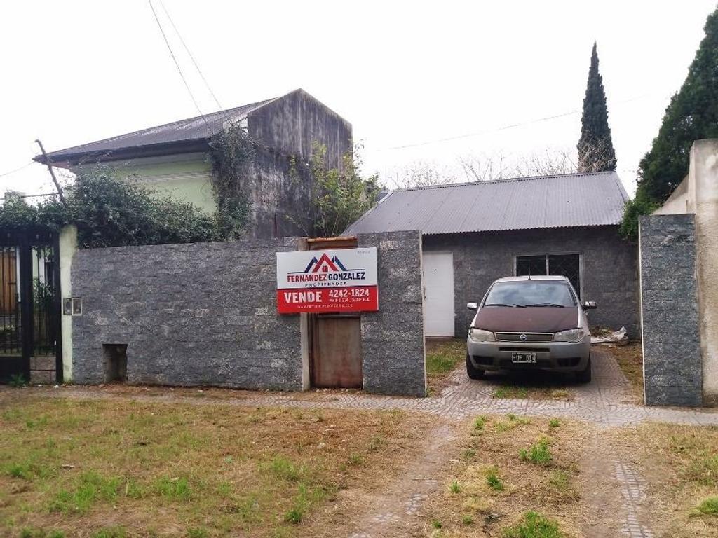 Casa de 3 Ambientes con entrada de autos y fondo libre.