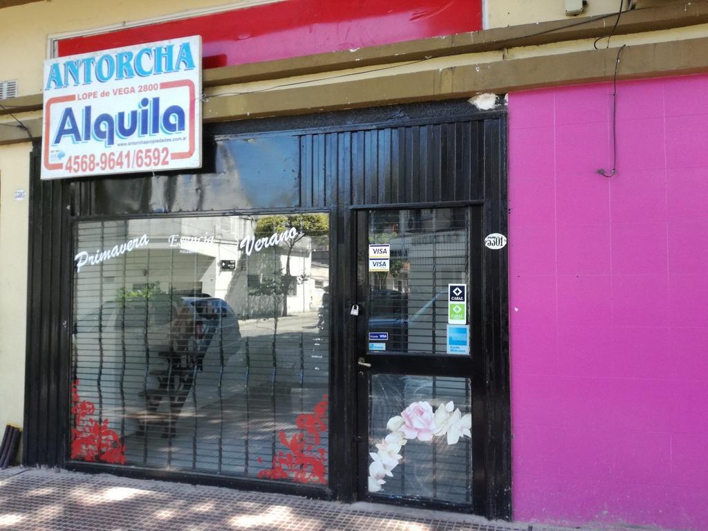 LOCAL 3X6 CON VIDRIERA COMPLETA PISOS DE CERÁMICA ENTREPISO Y BAÑO.