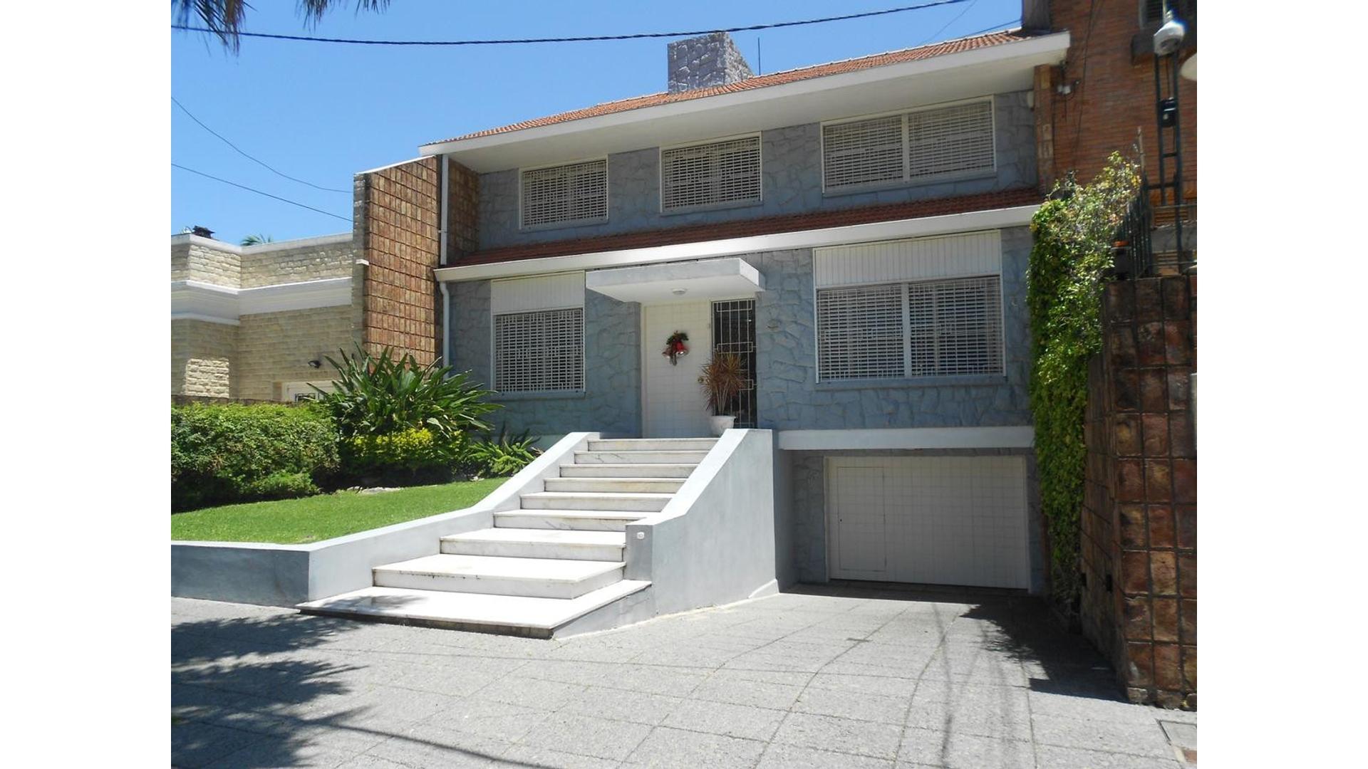 Residencia Reciclada  en  V.Lopez- Vias/Maipu sobre 446metros de terreno