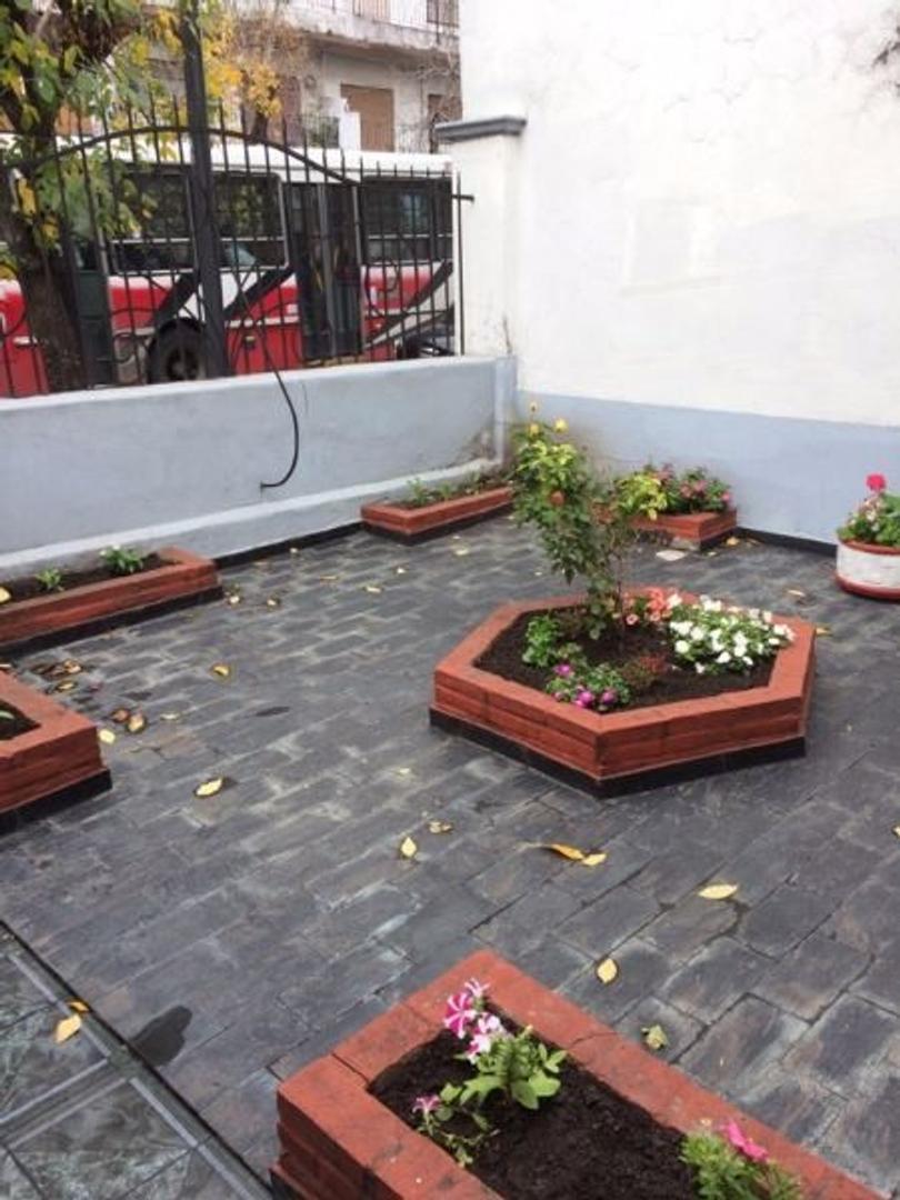 CASA DE 2 PLANTAS Y CON LOCAL, 5 AMBIENTES, PATIO  Y FONDO LIBRE.