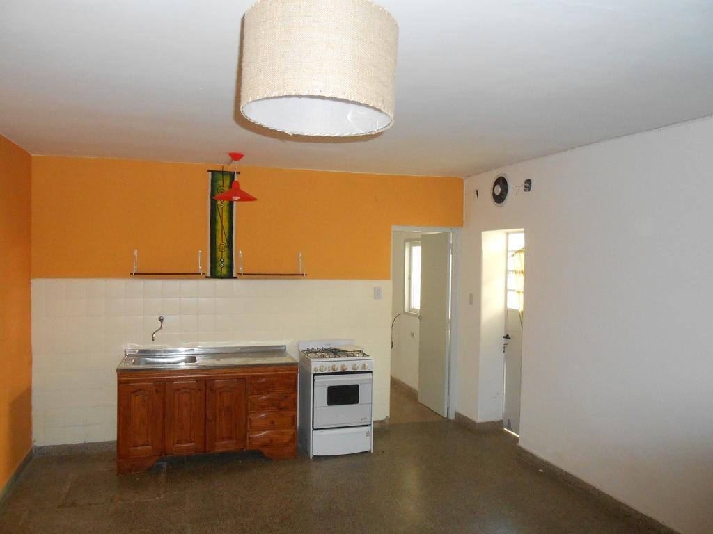 C & P Inmobiliaria alquila: casa 1 dormitorio al frente con cochera, genova 1900, $5000