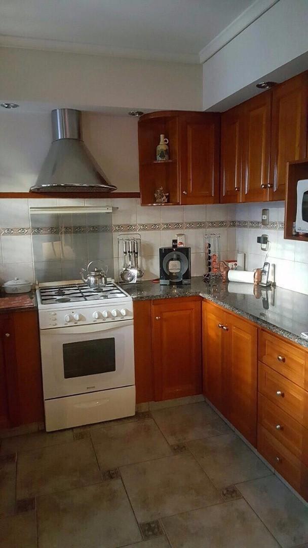 Excelente casa de 4 ambientes c/jardín, cochera y patio - Calle 383 casi Souto, Quilmes Oeste