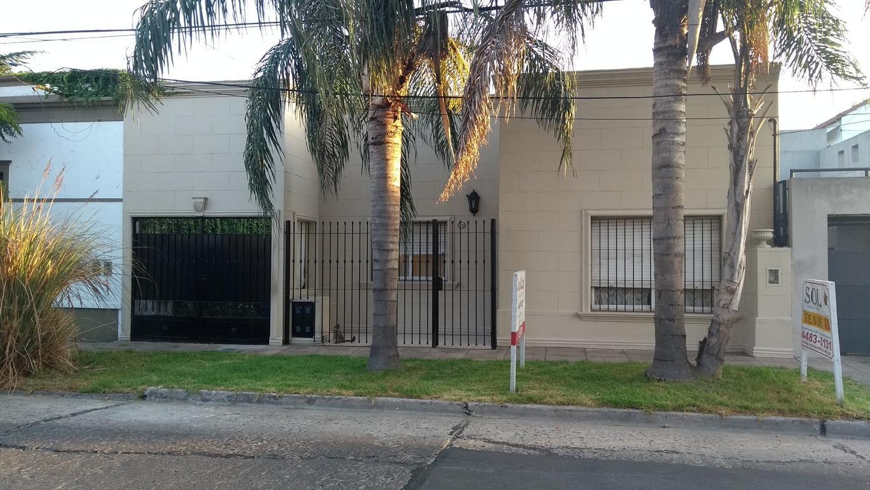 Excelente propiedad en PH, 3 amb, con jardin y cochera. Zona Muy Residencial.