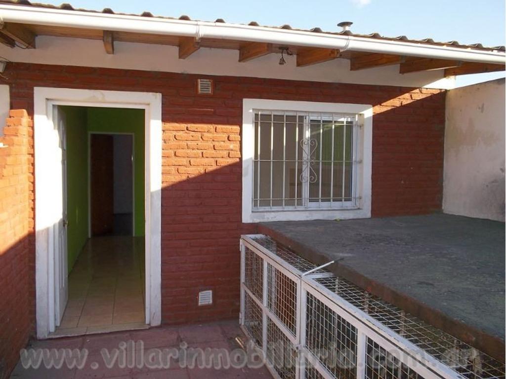 2 ambientes t/casa interno en planta alta . 11 cuadras de la estacion Lanus.