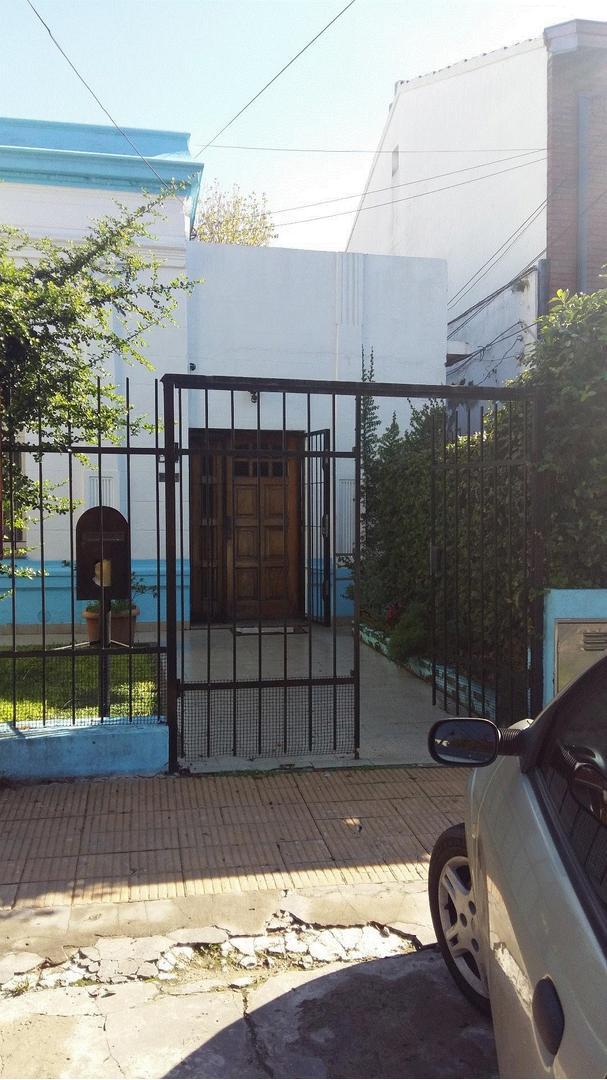 3 AMBIENTES CON ESPACIO GUARDA COCHE Y PATIO