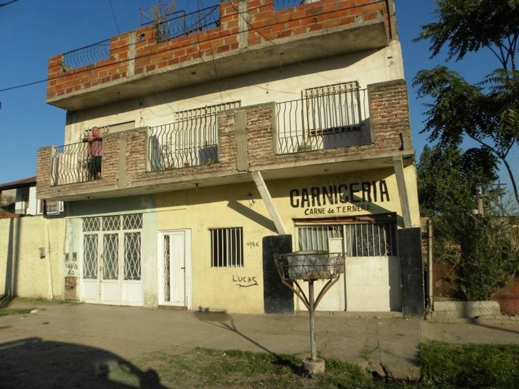 Casa con dos locales comerciales  y departamento. ESCRITURA.