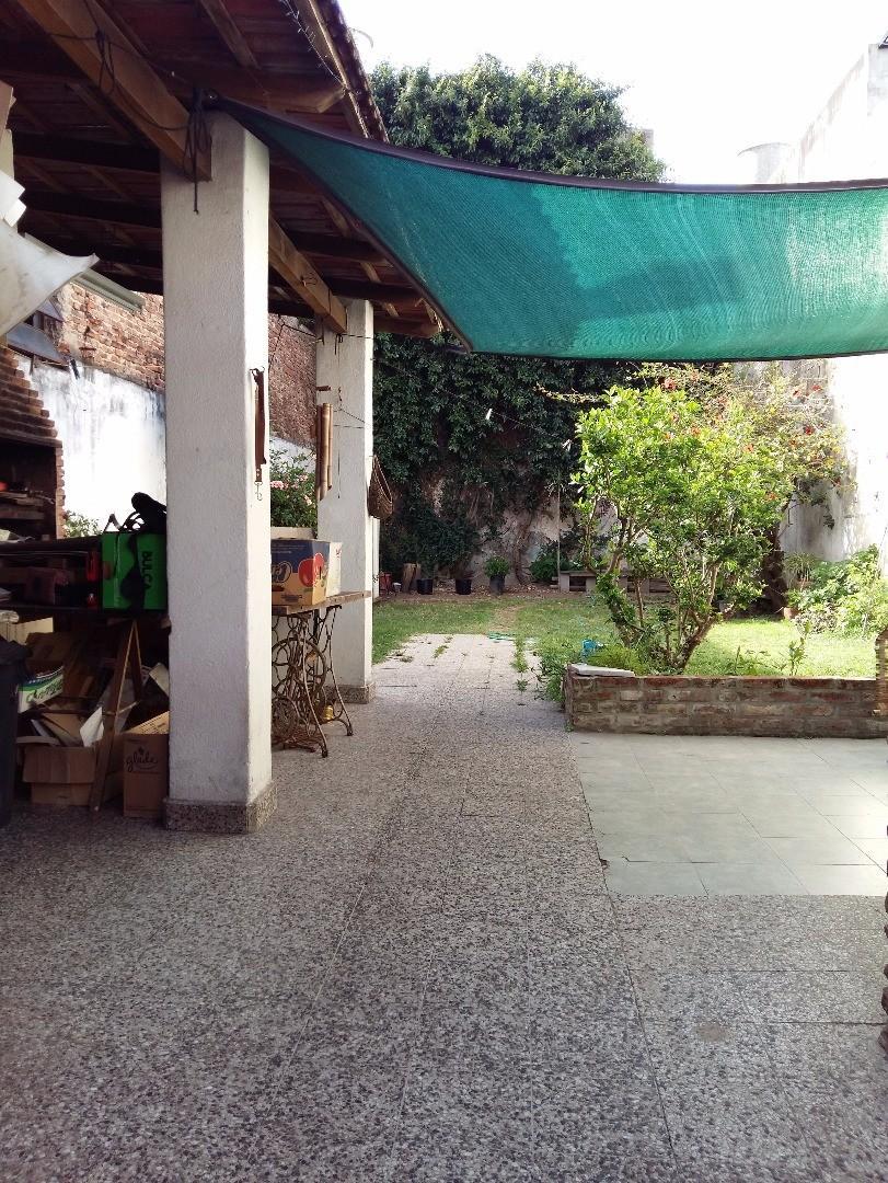Amplio PH de 4 Ambientes con Fondo Libre, Patio, Quincho. Sup.Tot. 262 mts. Sin Exp!! Exc. Ubicacion