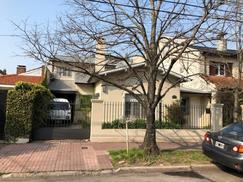 Muy buena casa desarrollada en dos plantas, de estilo clásico, Barrio Carreras.