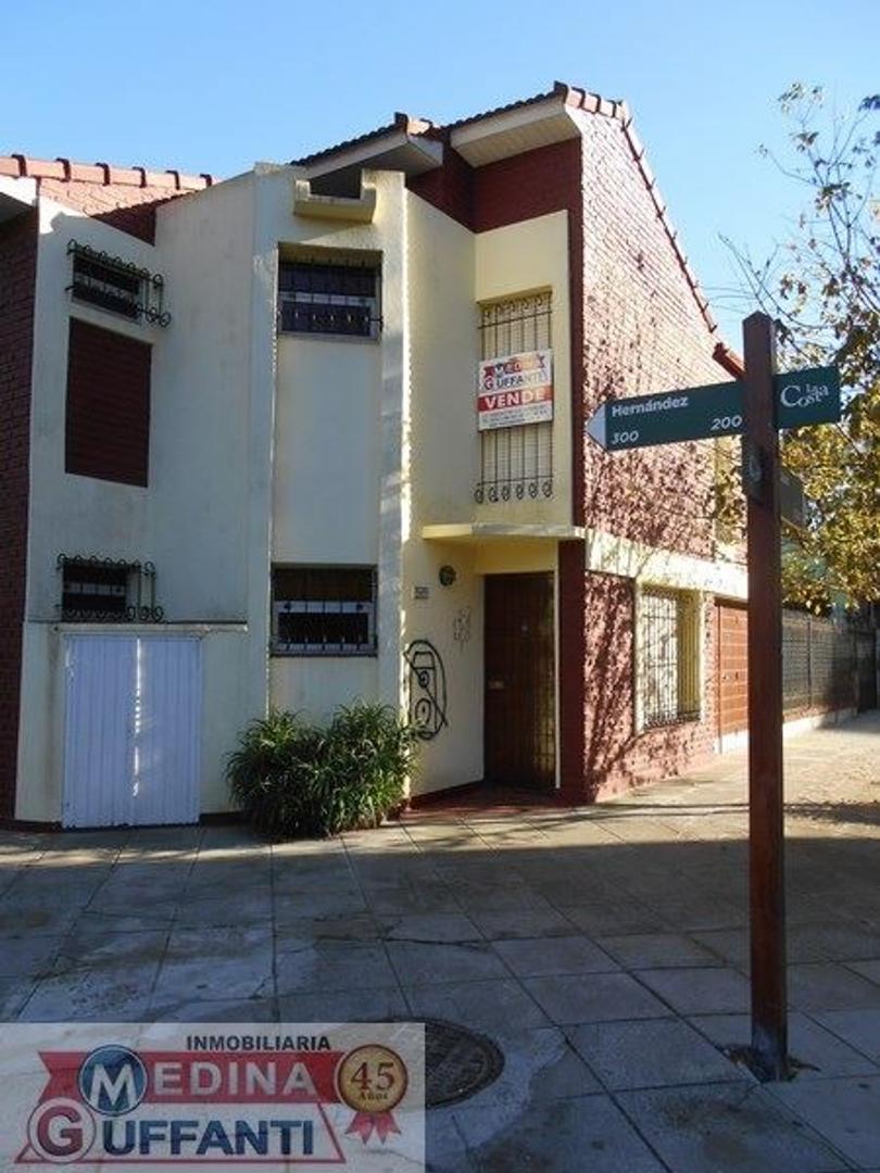 Duplex a la calle con Cochera cubierta - A 2 cuadras del mar.-