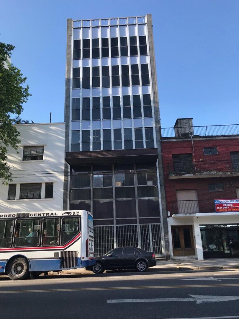 Imponente edificio en block sobre avenida san martin. Multiples destinos. Magnifico local