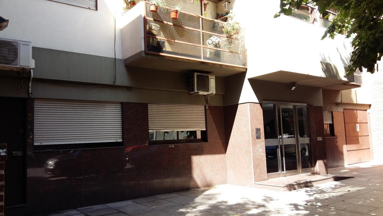 Excelente 2 Amb. Frente. Balcón. Cocina Independiente. Lavadero. Muy Luminoso. Zona Plaza Irlanda!!!