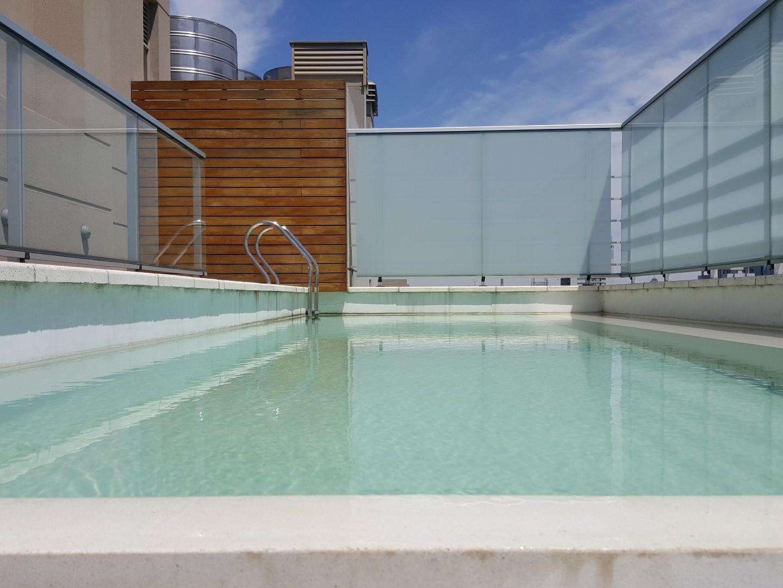 Impecable 2 ambientes al frente con balcón y cochera!