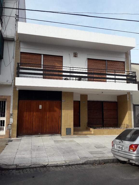 Excelente casa 3dorm.garage.jardin.piscina.2plantas 4banos.en el centro de villa del parque.300mts2