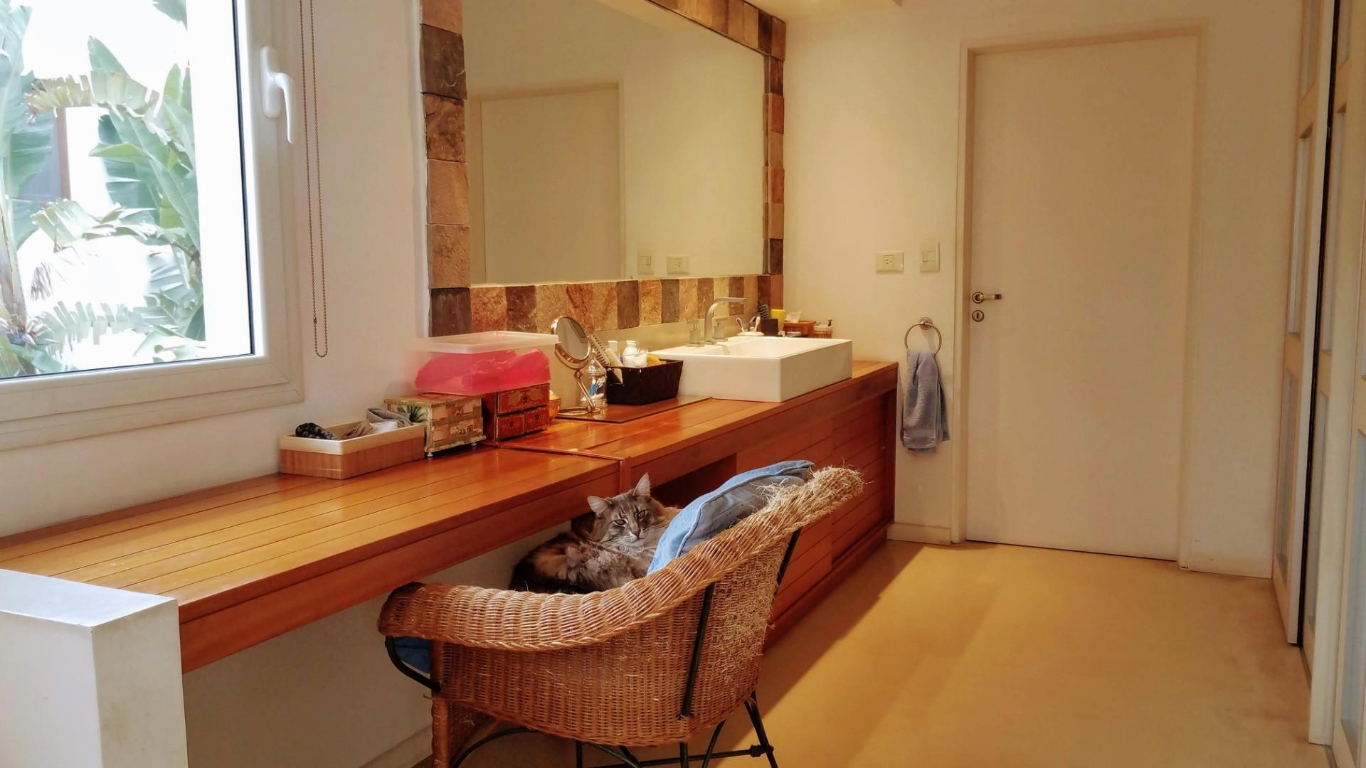 - Espectacular casa de muy  buen gusto, onda  y calidad, ubicada en una muy lindo lugar! - - Foto 15